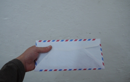 mão segurando a carta